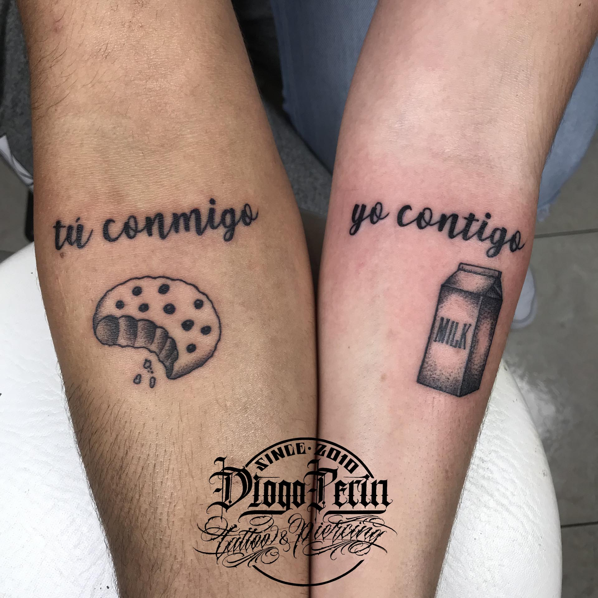 tatuaje mini pareja tattoo parejas tattoo galleta leche byn blanco y negro tattoo alicante tatuaje chiquitattoo