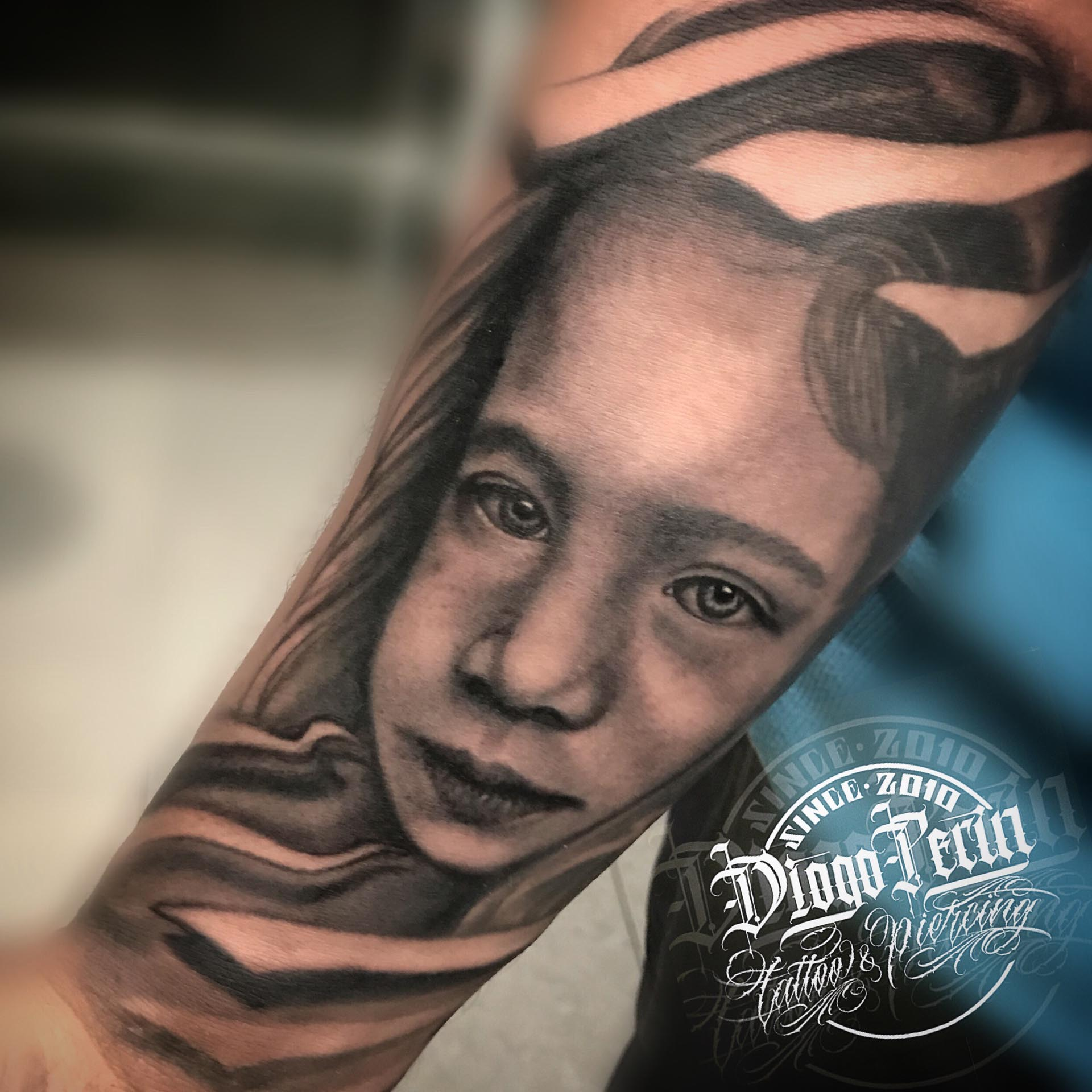 tatuaje retrato niña tattoo niña realistic tattoo realista alicante byn black and grey blanco y negro tatuaje alicante