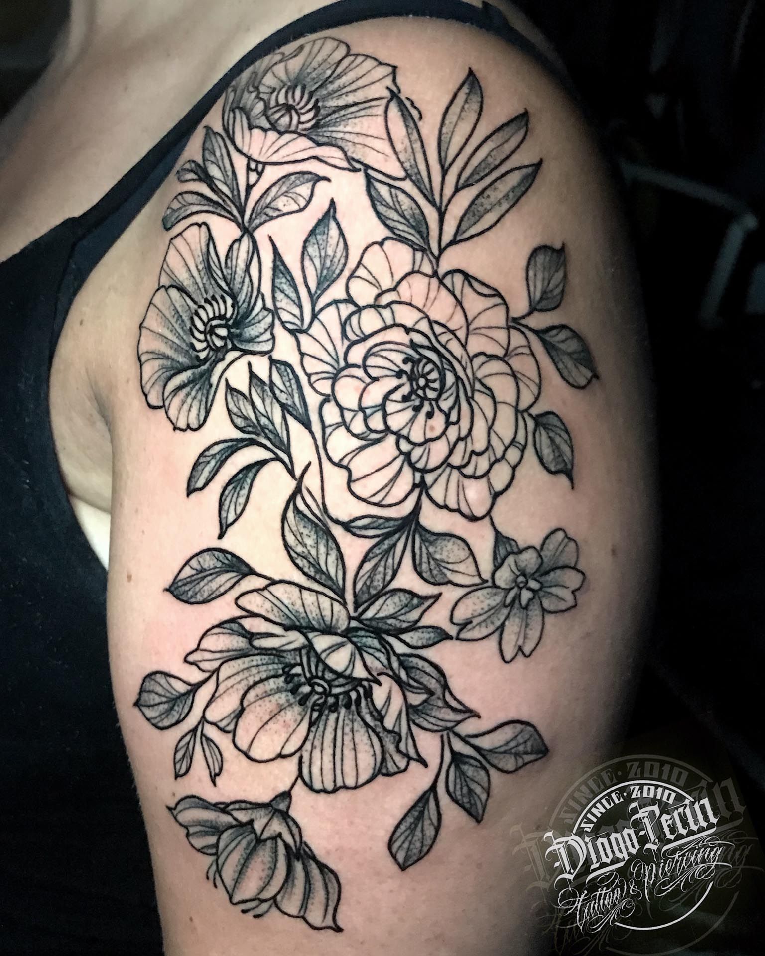 dotwork tattoo, tatuaje, flores, flowers, lineas, alicante, santa pola, tatuaje femenino,
